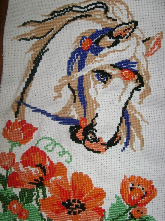Лошадь в цветах вышивка